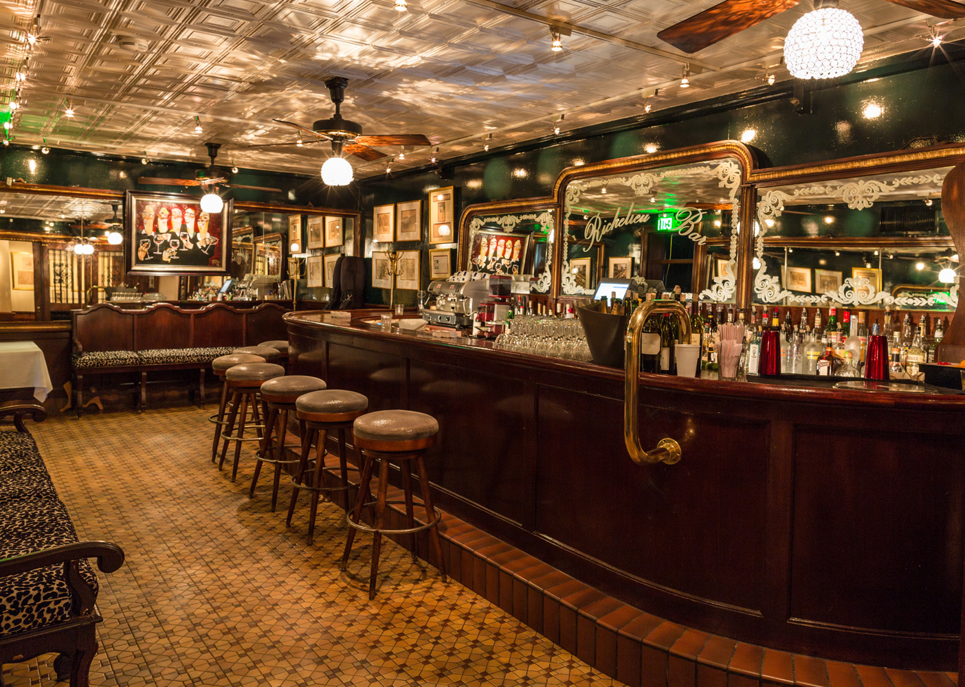 Cocktail bars new orleans richelieu bar for Bar dining t bar